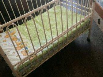 Детская кроватка с матрасом,  Боковая  стенка убирается,  Имеется бортик, Состояние: Б/у в Иркутске