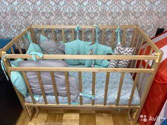 Детская кроватка с продольным маятником, состояние хорошее, матрас в отличном состоянии  ( кокос , холкон) без затеков , чехол на молнии , после 1 ребёнка ,  Покупали в Ижевске