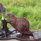 Скульптура Бобр грызущий ствол дерева