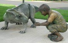 креативная скульптурная композиция Мальчик и динозавр