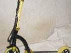 Скачать фото Спортивный инвентарь Самокат Deluxe с передним амортизатором желтый Y-Scoo Slicker 69550221 в Москве