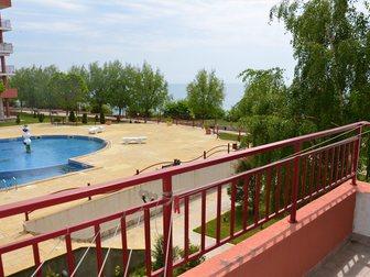 Просмотреть фотографию Зарубежная недвижимость Двухкомнатная квартира в Болгарии с видом на море и бассейны 32815321 в Москве