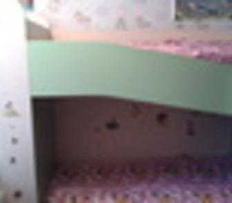 Изображение в   Продам детскую двухярусную кровать с матрасами в Новосибирске 10000