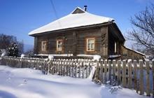 Бревенчатый дом с мебелью в тихой деревне, рядом с речкой